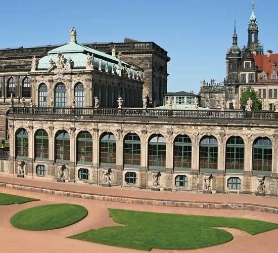 «Городской рынок Дрездена», Бернардо Беллотто — описание картины