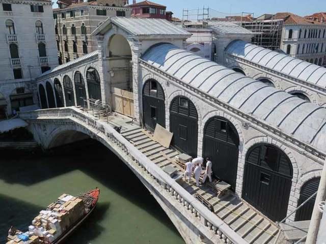 Большой канал: вид на северо-восток на мост Риальто, Каналетто
